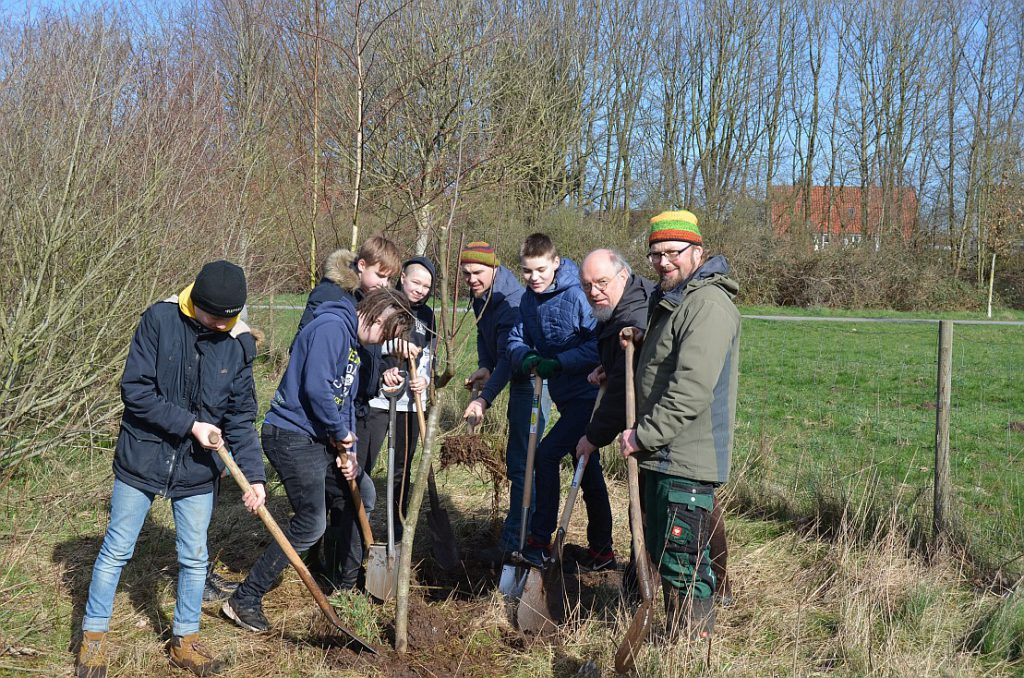 """Schüler mit Herrn Masche bei der Arbeit im Projekt """"Green Grow"""""""
